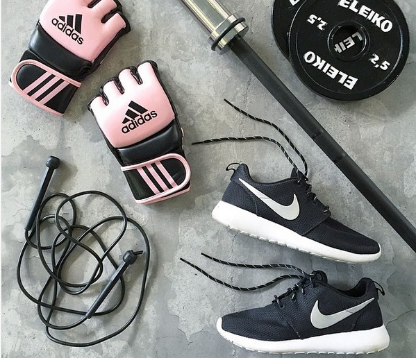 gloves, weights, fitness, gym, skipping rope, flatlay