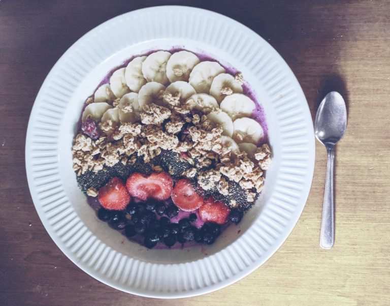 smoothie bowl, banana, blueberry, granola, chia seeds